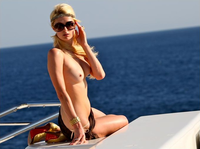 Paris-Hilton-topless-01