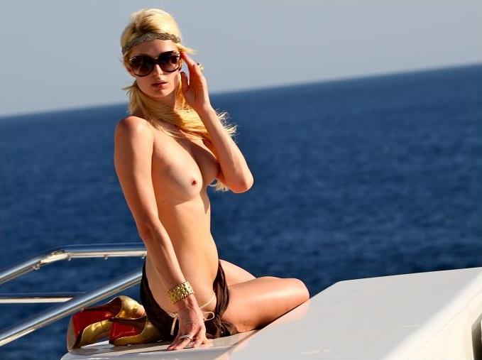 Paris-Hilton-topless-01