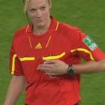 Un futbolista alemán le toca la teta a la árbitro en pleno partido