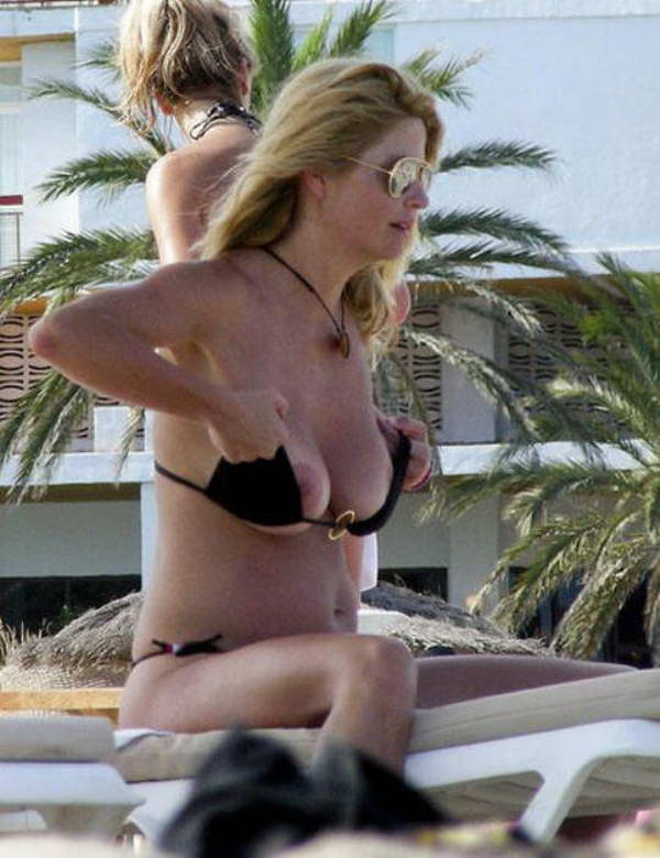 Mujer madura de pezones duros en la playa 3 - 1 part 6