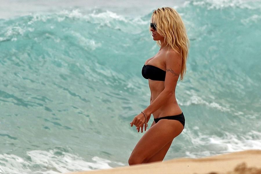 Pamela Anderson Hawaii 01