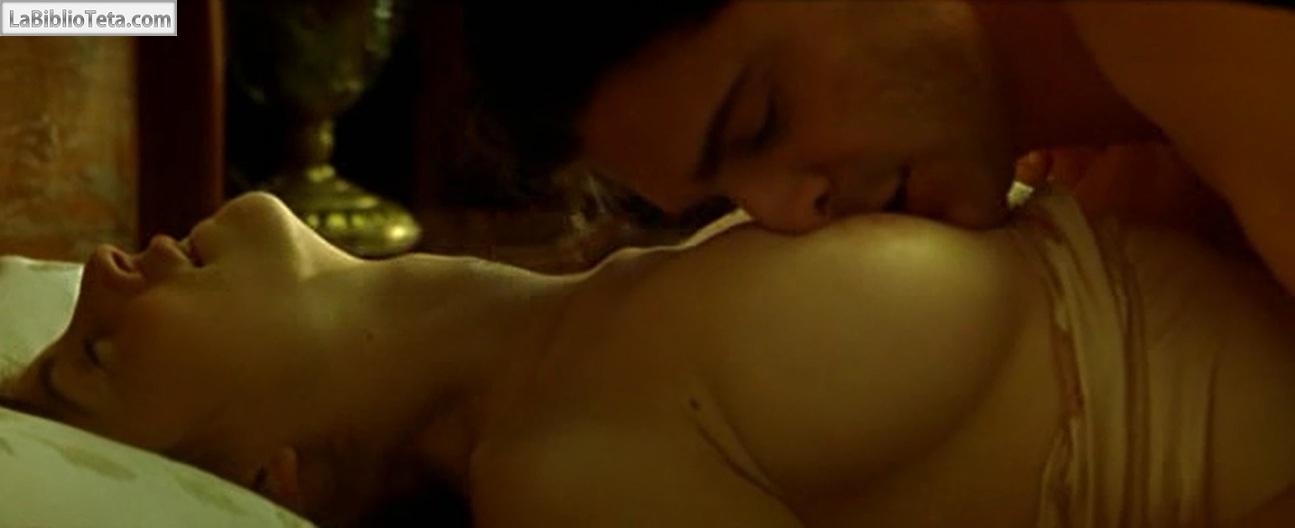 Austin potencia escena desnuda