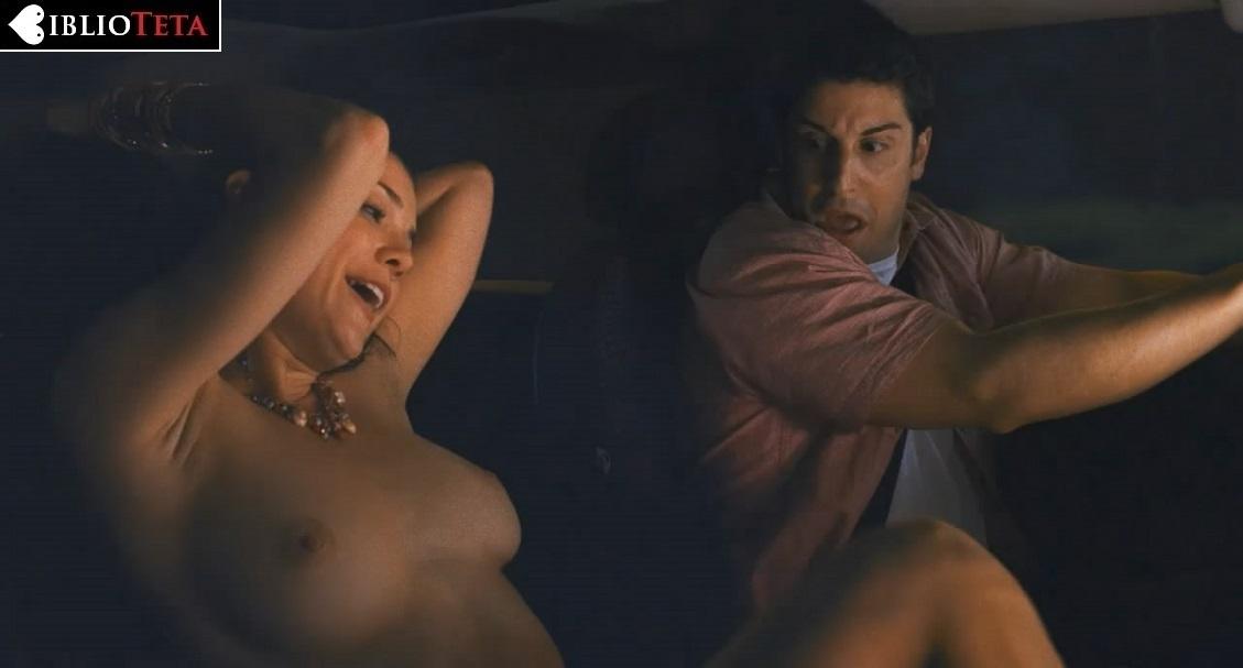 Shannon Elizabeth desnuda en American Pie 2