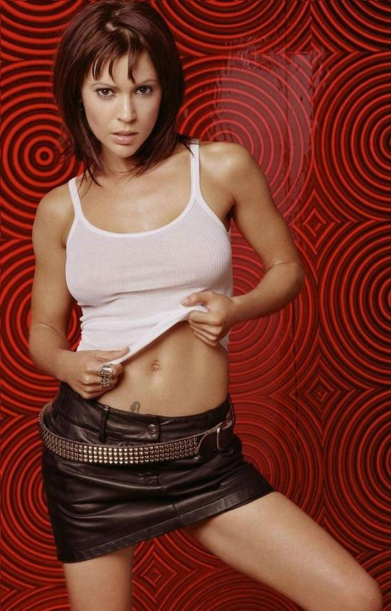 Alyssa Milano desnuda, dando de lamer a vampiros