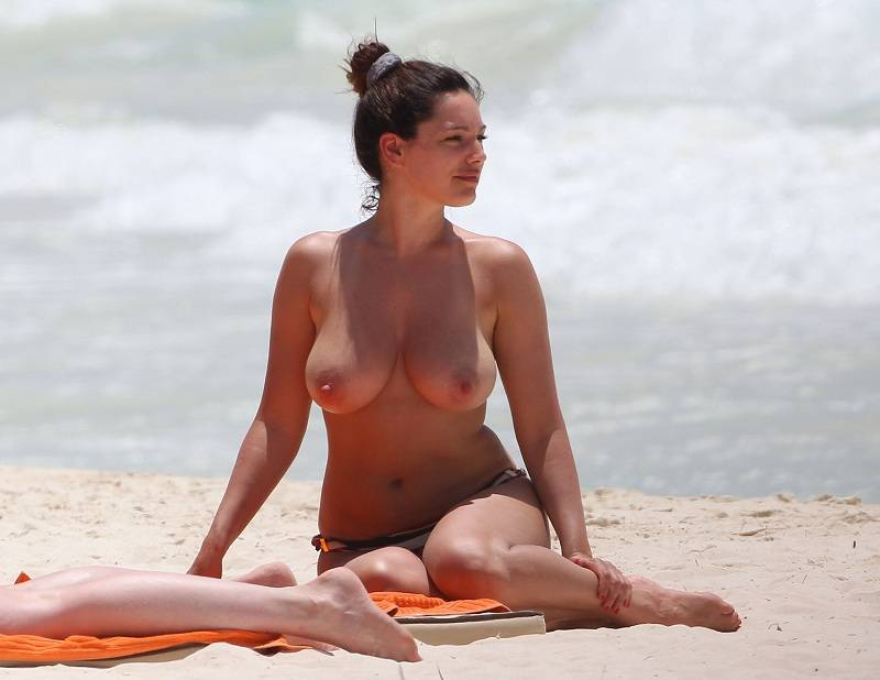 Kelly Brook Pillada Haciendo Topless Por Las Playas De Canc N