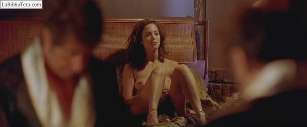 Elizabeth Berkley Desnuda En Un Domingo Cualquiera 1999