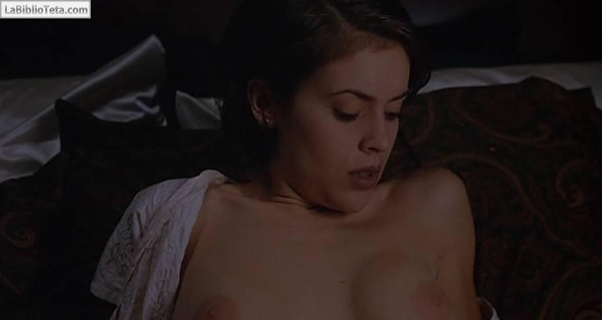 Alyssa Milano en una escena lsbica de El abrazo del
