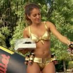 Hiba Abouk y su espléndido culo en bikini para Con El Culo Al Aire (2×03)