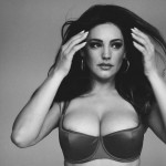 Kelly Brook espectacular en el making-of de su calendario para 2015
