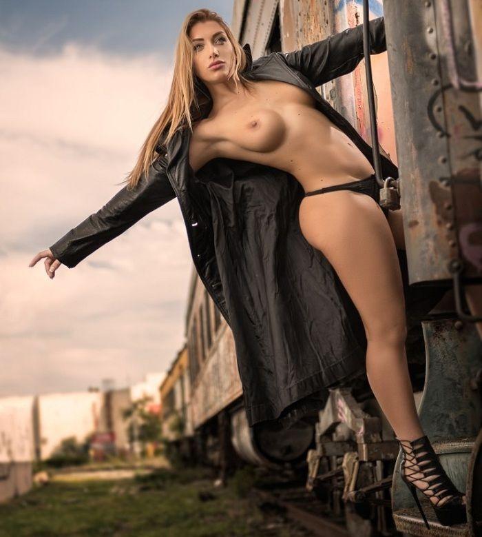 Elisa de Panicis desnuda 01