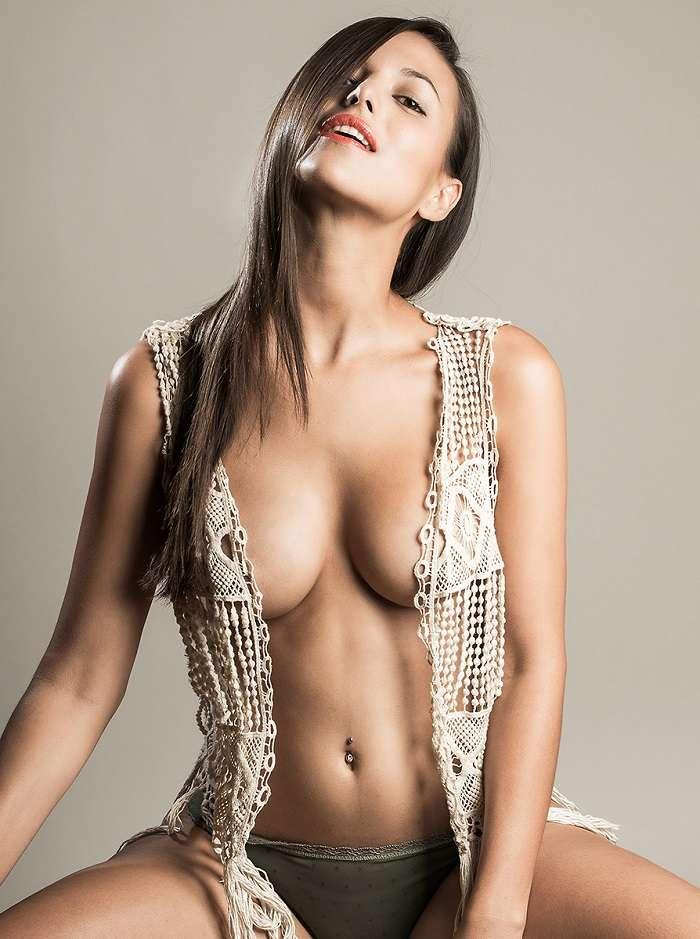 Elisa Mouliaa - FHM 01