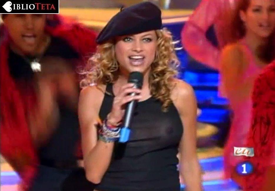 Paulina Rubio - Nochevieja 2004 - 01