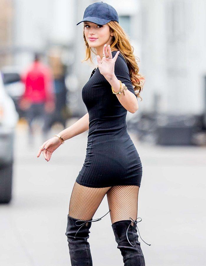 Bella Thorne muy sexy marcando pezones durante el rodaje