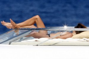 Cindy Crawford topless Italy 02