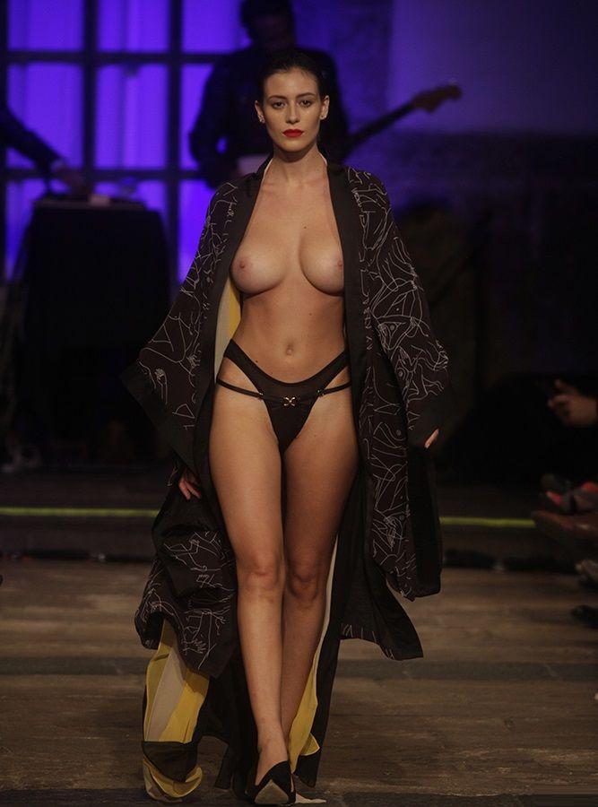 Голые модели показ прозрачного нижнего белья на подиуме фото, порно видео вечеринки русское