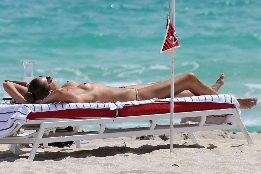 Alina Baikova en topless