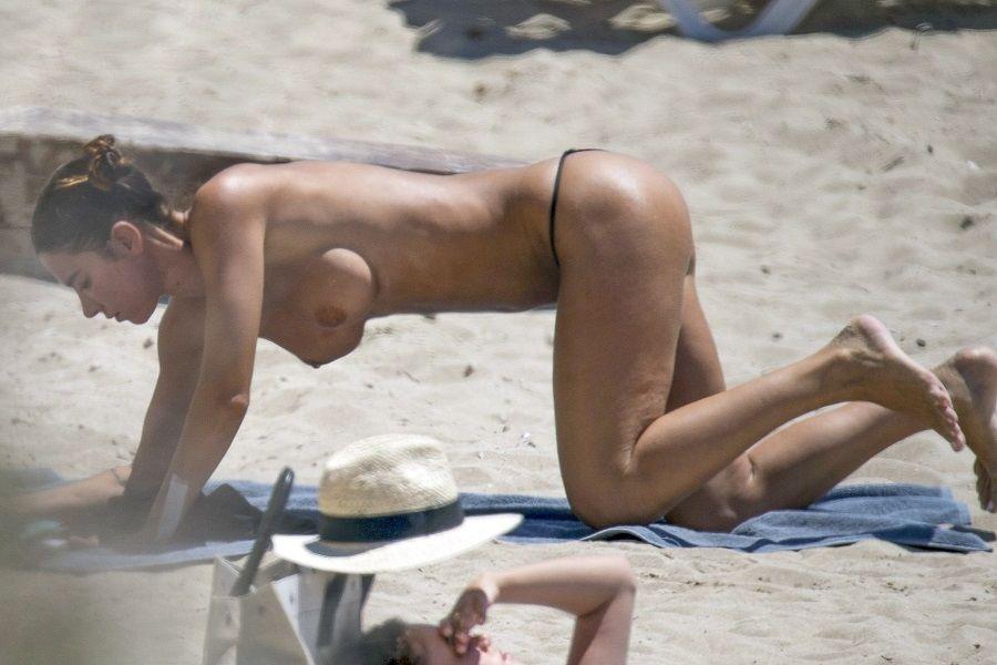 Valentina Fradegrada topless